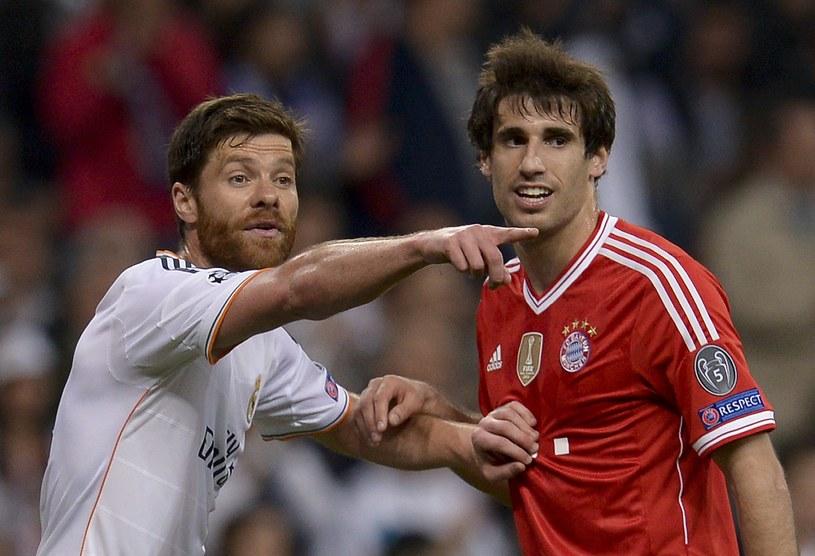 Xabi Alonso (z lewej) zostanie kolegą klubowym Javiego Martineza /AFP