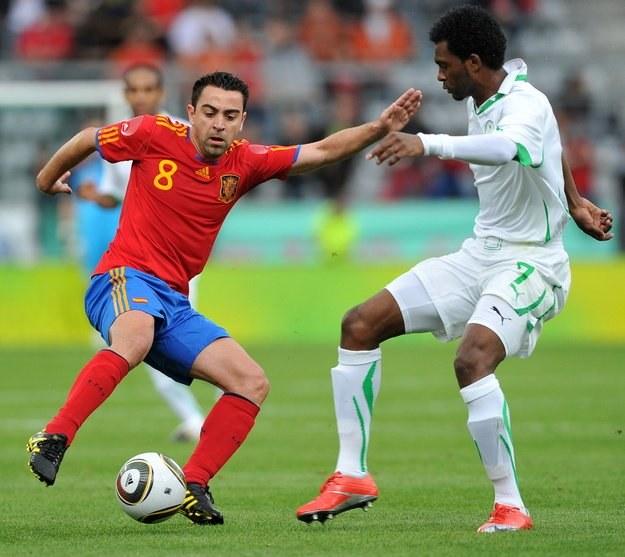 Xavi Hernandez i Al Mousa Kamil z Arabii Saudyjskiej. /AFP