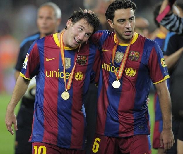 Xavi Hernandez (z prawej) i Lionel Messi, jego kolega z FC Barcelona /AFP