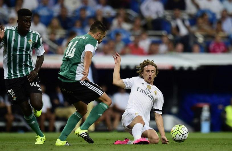 Xavi Torres walczy o piłkę z Luką Modriciem /AFP