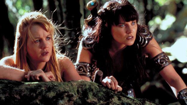 Xena (Lucy Lawless) zawsze może liczyć na pomoc swojej przyjaciółki Gabrielle (Renée O'Connor). /materiały prasowe