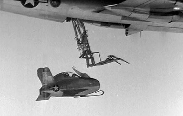 XF-85 dokuje do B-29 /Getty Images/Flash Press Media