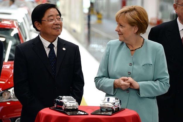Xu Jianyi, jeszcze jako szef FAW Group CEO, z kanclerz Angelą Merkel /AFP