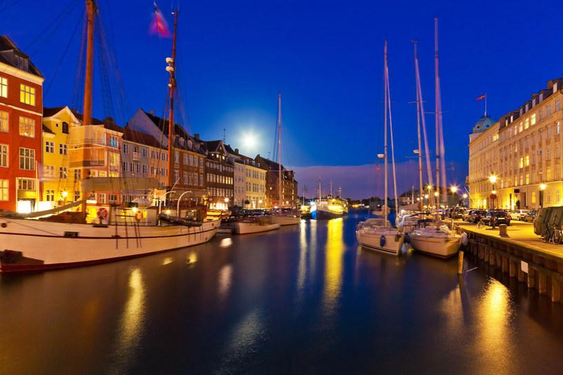 XVII-wieczny Nowy Port, pełen barów i restauracji. Tutaj nad kanałem mieszkał baśniopisarz Hans Christian Andersen /123RF/PICSEL
