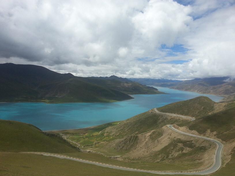 Yamdrok Lake to słodkowodne jezioro w Tybecie /123RF/PICSEL