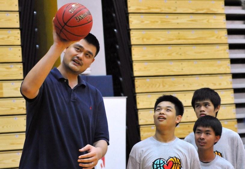 Yao Ming chętnie dzieli się swoimi doświadczeniami z młodymi koszykarzami /AFP