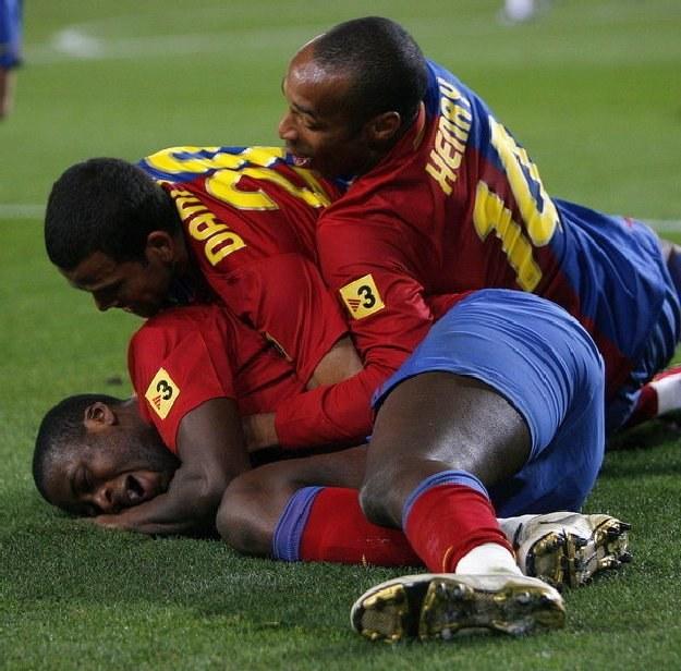 Yaya Toure (na dole) i Thierry Henry (u góry) nie zagrają już w Barcelonie /AFP