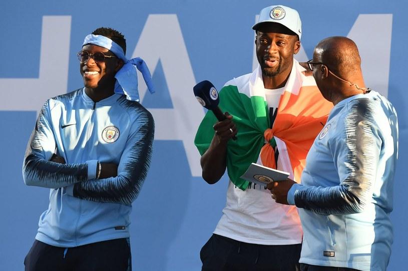 Yaya Toure (w środku) podczas mistrzowskiej fety w Manchesterze, z lewej Benjamin Mendy. /AFP