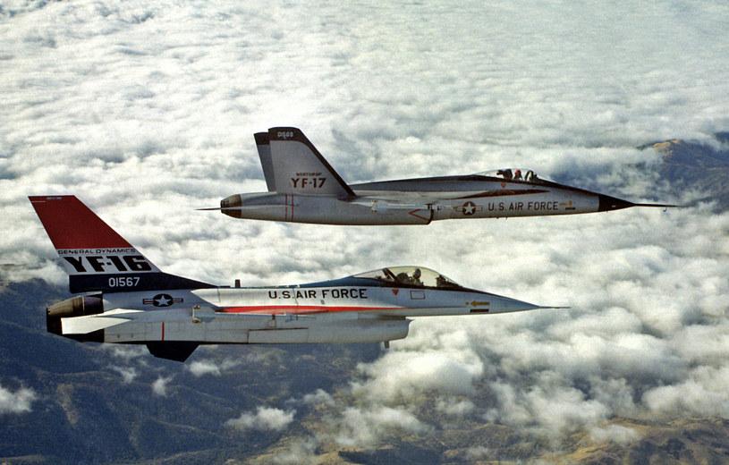 YF-16 w locie ze swoim konkurentem YF-17 /Getty Images/Flash Press Media