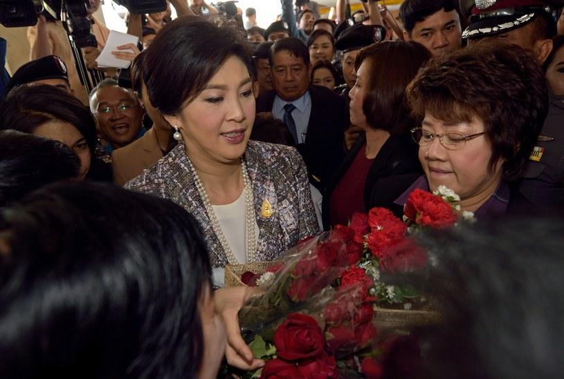 Yingluck Shinawatra otrzymuje kwiaty od swoich zwolenników przed głosowaniem w parlamencie /AFP