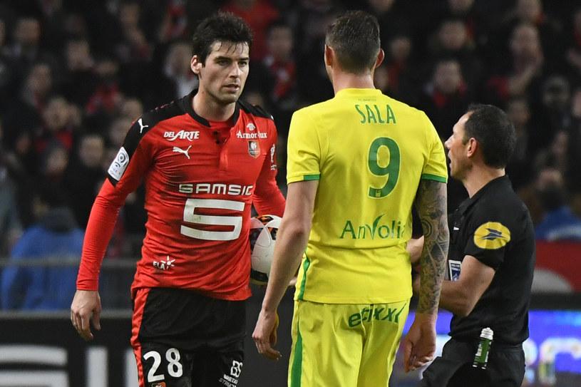 Yoann Gourcuff (z lewej) podczas spięcia z Emiliano Salą /AFP