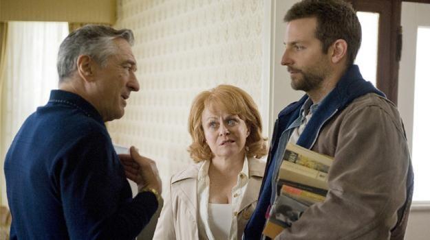 You talkin' to me? Robert De Niro, Jacki Weaver i Bradley Cooper w scenie z filmu Davida O. Russella /materiały dystrybutora