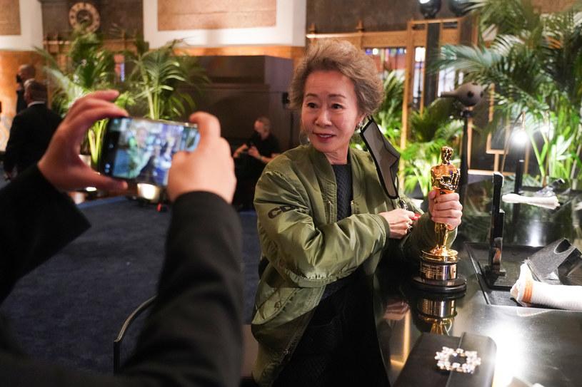 """Yuh-Jung Youn (""""Minari"""") z Oscarem dla najlepszej aktorki drugoplanowej /ABC /Getty Images"""