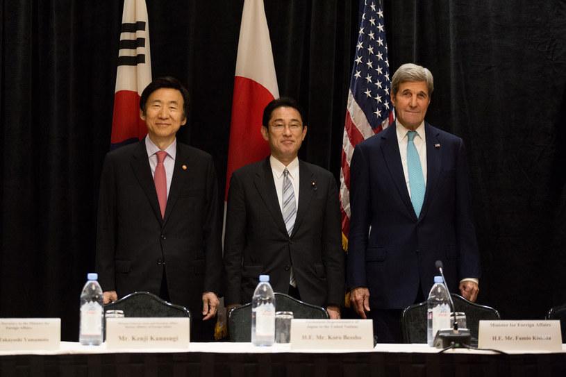 Yun Byung-se, Fumio Kishida i John Kerry podczas spotkania w Nowym Jorku /AFP