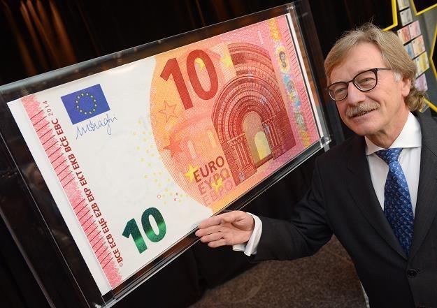 Yves Mersch z EBC prezentuje nowy banknot 10 euro /EPA