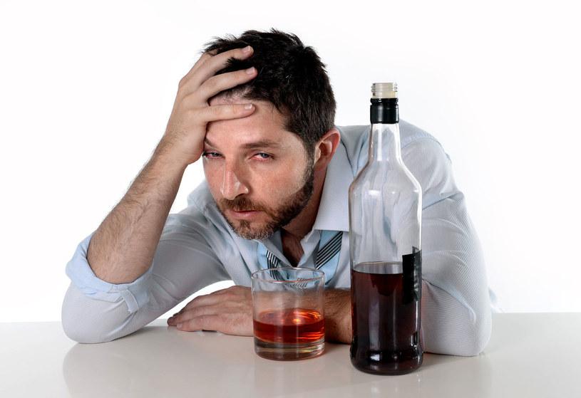 Z alkoholem nie wolno przesadzać i to niezależnie od koloru oczu /123RF/PICSEL