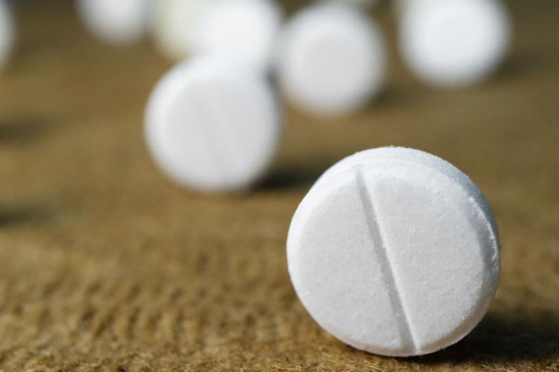 Z aspiryny można wykonać tonik skuteczny w walce z zaskórnikami /123RF/PICSEL