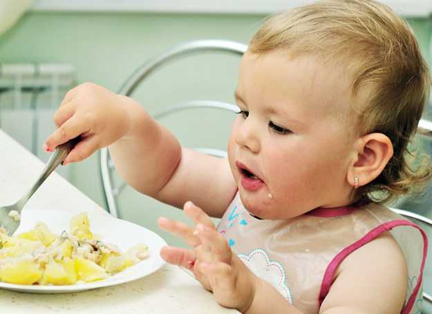 Z badań wynika, że polskie dzieci są przekarmiane, jedzą za dużo słodyczy, a za mało warzyw i innych wartościowych składników. /123RF/PICSEL