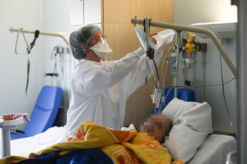Z badań wynika, że przebyta infekcja koronawirusem chroni przed kolejnym zarażeniem się