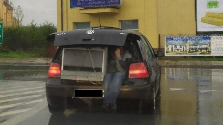 Z bagażnika wystawała lodówka, a obok niej siedział mężczyzna, którego nogi zwisały ku jezdni /Świętokrzyska policja /Policja