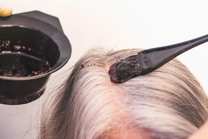 Z biegiem lat włosy siwieją. Dlatego też większość kobiet decyduje się, by regularnie je farbować /123RF/PICSEL