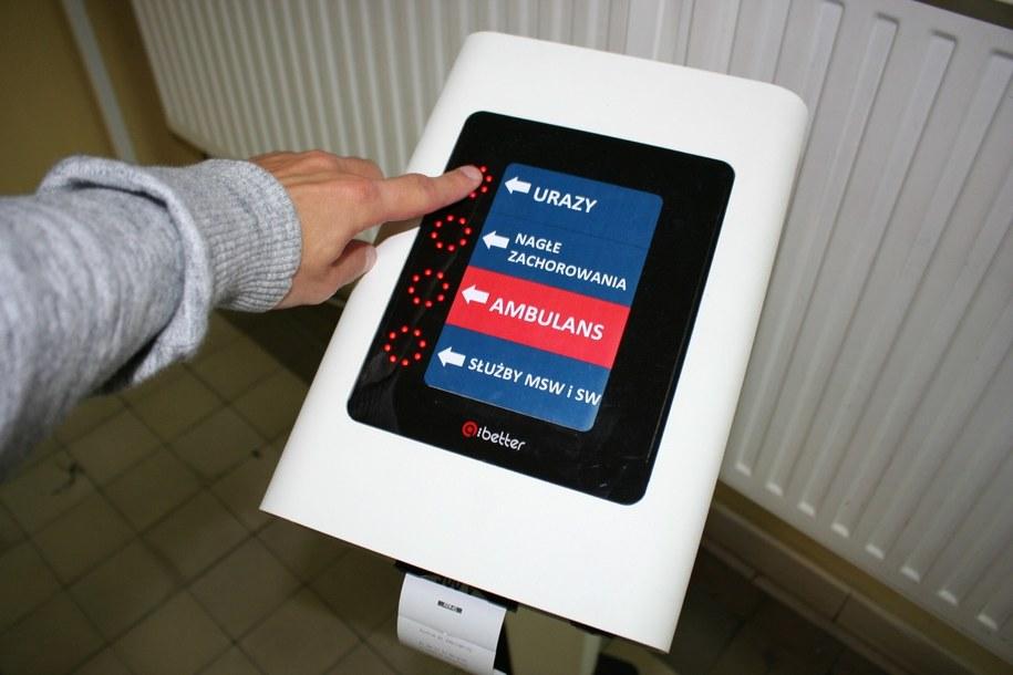 Z biletomatu korzystają już pacjenci zgłaszający się na Izbę Przyjęć i Pomocy Doraźnej Szpitala MSWiA w Krakowie /Marcin Czarnobilski /Grafika RMF FM