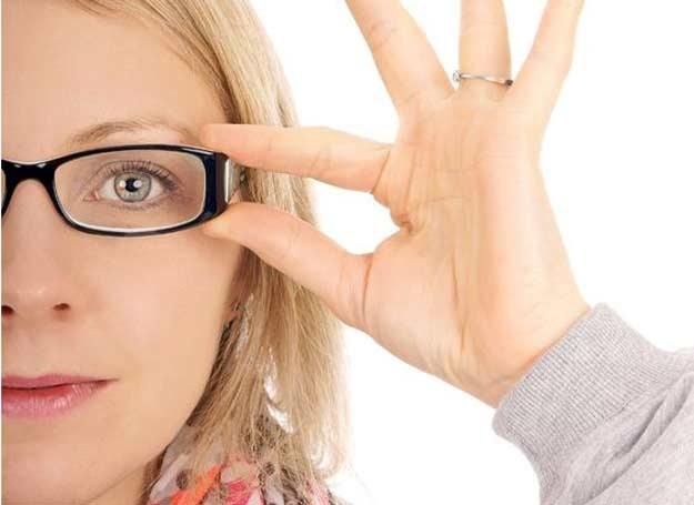 Z bliska, bez okularów, tekst jest zamazany /123RF/PICSEL