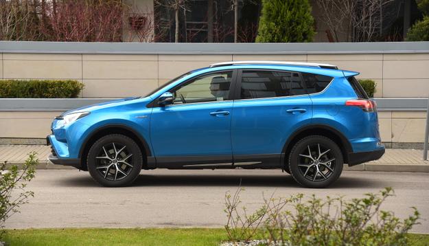 Z boku nową Toyotę RAV4 najtrudniej odróżnić od modelu sprzed liftingu – pomocny jest nowy błękitny lakier. /Motor