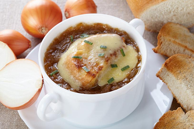Z cebuli można przygotować wiele dań, np. gęstą i aromatyczną zupę /123RF/PICSEL