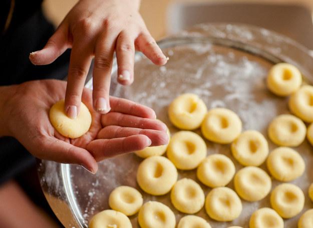 Z ciasta uformuj kluseczki /123RF/PICSEL