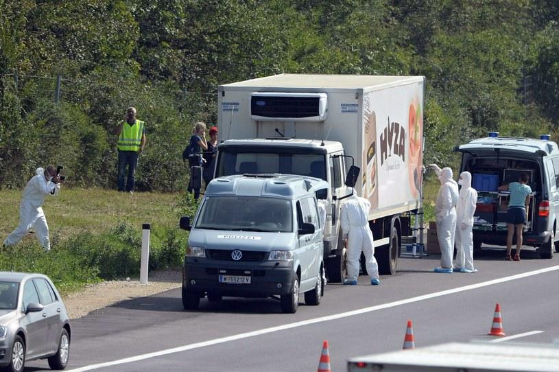 Z ciężarówki przy autostradzie wydobyto 70 ciał /PAP/EPA
