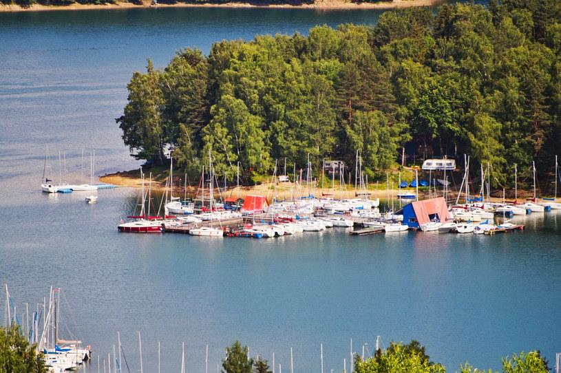 Z czasem doceniono walory turystyczne jeziora Solińskiego /123RF/PICSEL
