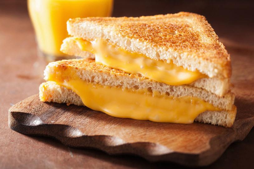 Z czerstwego pieczywa można przygotować grzanki lub klasyczne tosty /123RF/PICSEL