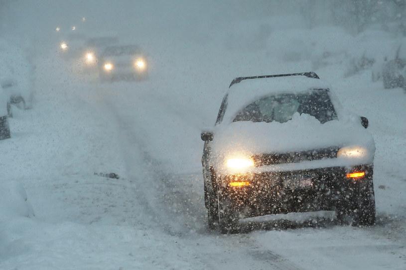 Z dogrzewaniem samochodu wiąże się pewne niebezpieczeństwo /Getty Images