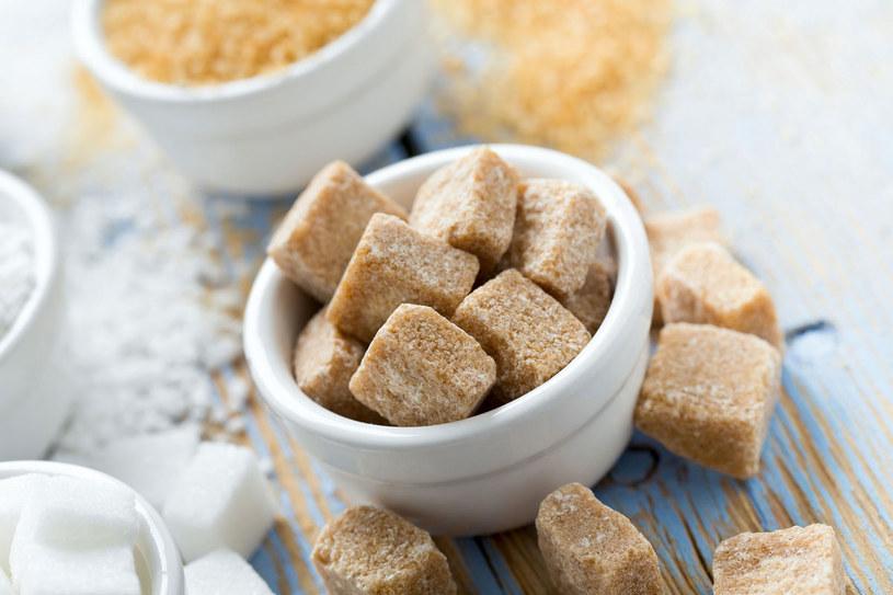 Z dość długiej listy codziennie zjadanych przez nas produktów, które sprzyjają rozwojowi nowotworów, najgroźniejszy jest cukier /123RF/PICSEL
