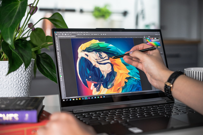 Z dotykowego ekranu możemy korzystać zarówno w trybie laptopa, jak i tabletu /INTERIA