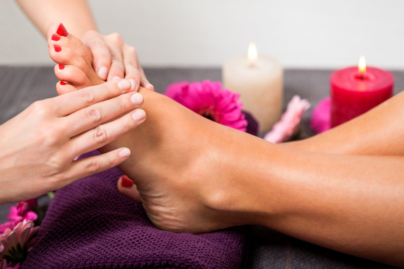 Z dużym brzuszkiem trudniej samej zadbać o stopy, więc warto wybrać się na pedicure /123RF/PICSEL