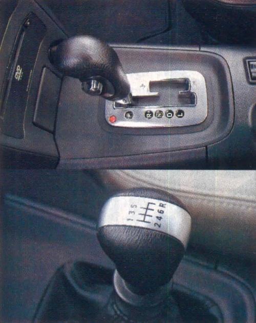 """Z dwulitrowym silnikiem benzynowym lub z dieslem otrzymamy sześciobiegową skrzynię manualną (o krótkim i """"treściwym"""" skoku dźwigni). Mimo że skrzynia jest sześciobiegowa, a silnik ma 140 KM, jak na model """"topowy"""" osiągów trochę brakuje. Można też zamówić bezstopniowy automat CVT z funkcją sekwencyjnej zmiany biegów (tylko benzynowe 2.0)."""