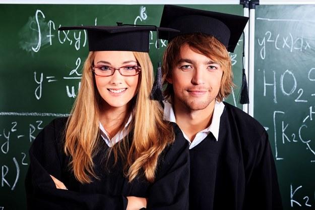 Z dyplomem magistra wciąż łatwo o zatrudnienie /123RF/PICSEL