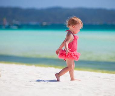 Z dzieckiem na plaży: Jak chronić delikatną skórę