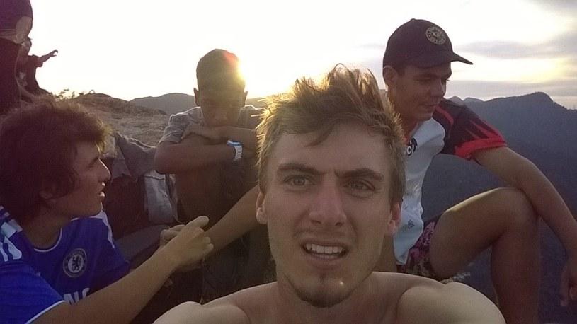 Z ekipą z faweli. Fot. Facebook/Vai lá cara /archiwum prywatne