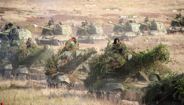 Z kamuflowaniem maszyn żołnierze radzą sobie w różny sposób /AFP