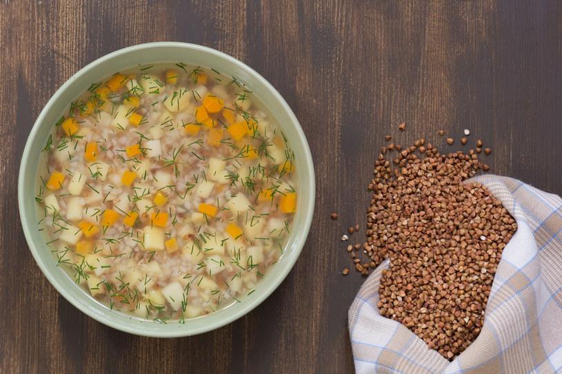 Z kaszą podawać można nie tylko krupnik, ale także inne polskie zupy – borowikową, pomidorową, a nawet rosół /123RF/PICSEL