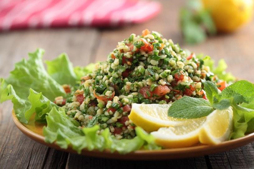 Z kaszy bulgur można przygotować sałatkę Tabbouleh /123RF/PICSEL