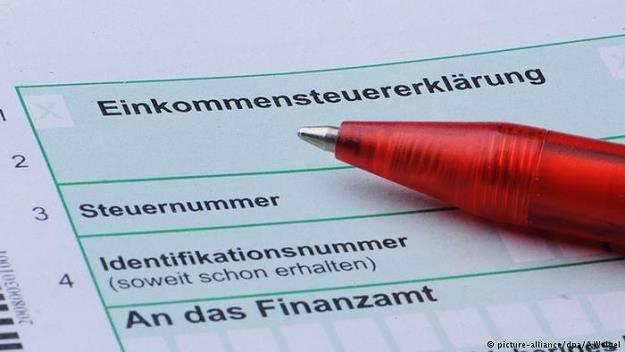 Z każdego zarobionego euro niemieckiemu podatnikowi zostają tylko 45,4 centy /Deutsche Welle