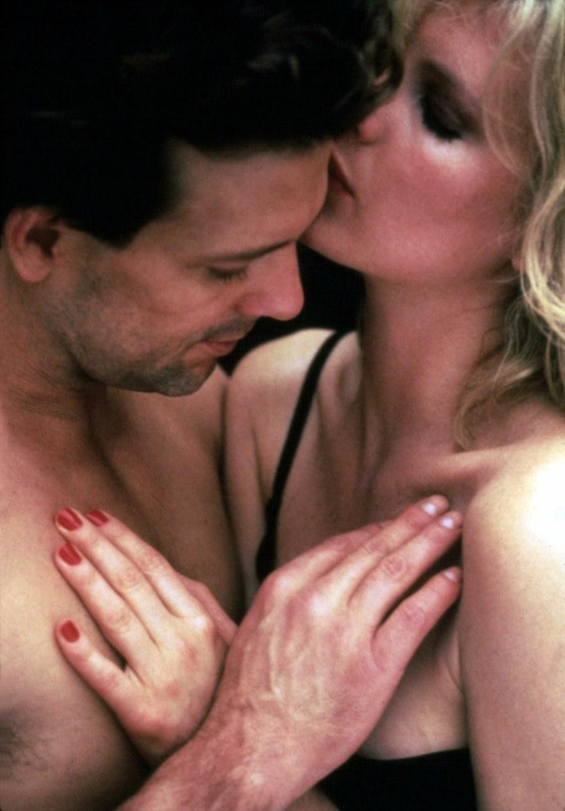 """Z Kim Basinger w jednej z wielu erotycznych scen z filmu """"9 i 1/2 tygodnia"""" /East News"""