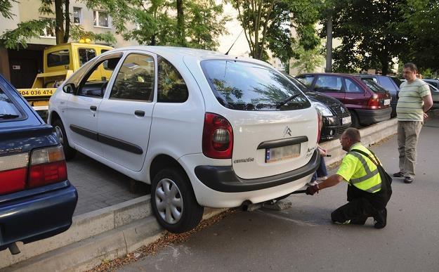 Z krawężnikami trzeba uważać / Fot: Włodzimierz Wasyluk /Reporter