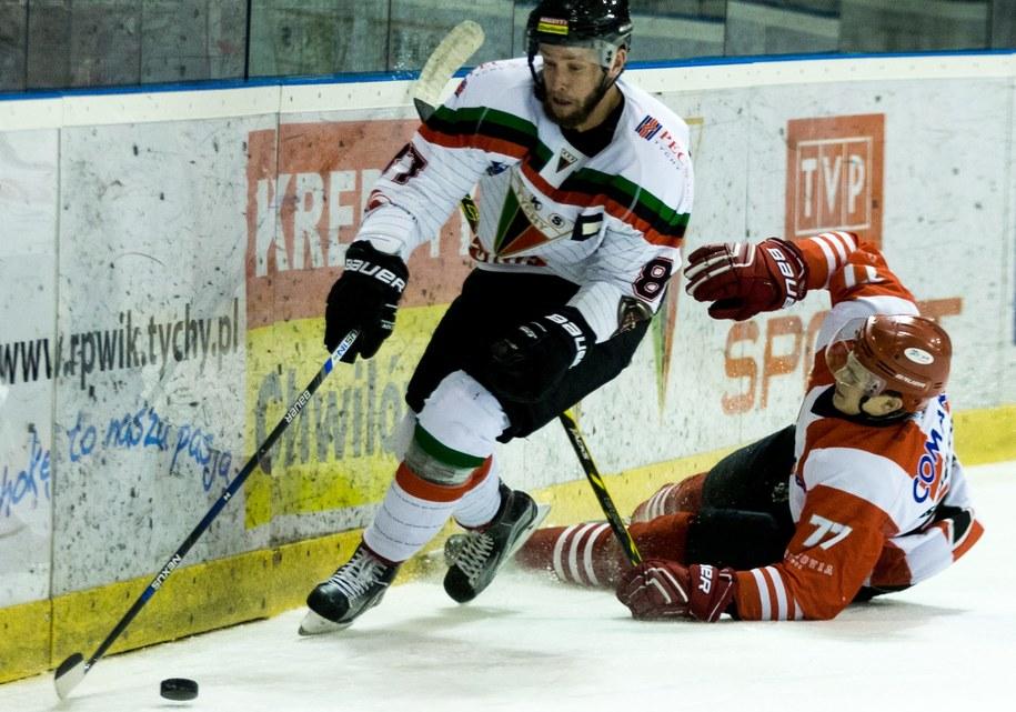 Z lewej:  Michał Kotlorz w meczu ekstraligi hokeja na lodzie /Andrzej Grygiel /PAP