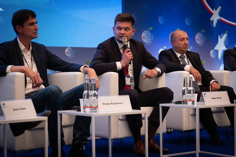 Z lewej: Sergej Bogdanow, wykładowca Moskiewskiego Uniwersytetu Państwowego im. Łomonosowa. Przy mikrofonie: Adam Burak, dyrektor PKN Orlen /INTERIA.PL