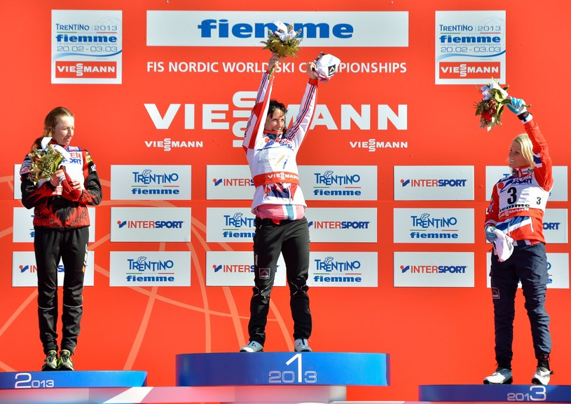 Z lewej srebrna medalistka MŚ - Justyna Kowalczyk /AFP
